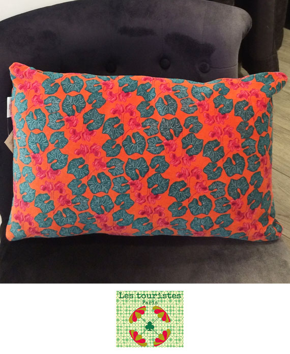 coussin-velours-rectangle-les-touristes-cyclamen-orange-1.jpg